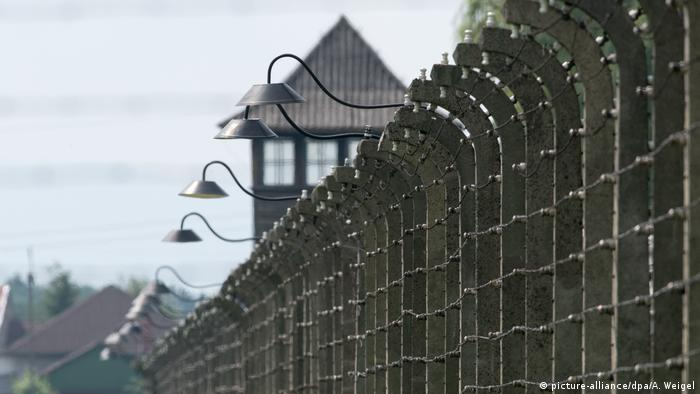 Wall and watchtower at Auschwitz (picture-alliance/dpa/A. Weigel)