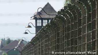 Barbed wire fences and towers around the Auschwitz-Birkenau concentration camp memorial site (picture-alliance/dpa/A. Weigel)