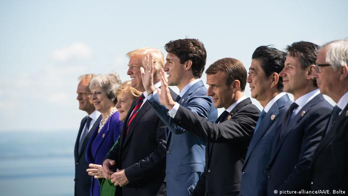 The G7 summit participants pose for a picture (picture-alliance/AA/E. Bolte)