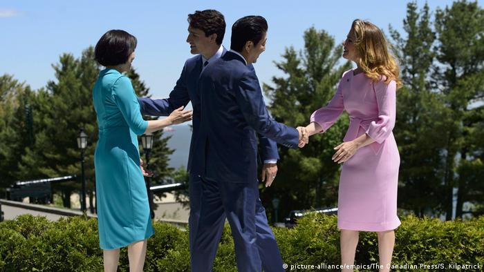 استقبال جاستین ترودو و همسرش از شینزو آبه و همسر او آکی. شینزو آبه پیش از اجلاس گروه هفت، در واشنگتن با دونالد ترامپ دیدار و گفتگو کرده بود. محور آن گفتگوها دیدار ترامپ با کیم جونگ اون رهبر کره شمالی در سنگاپور بود. دولت ژاپن تاکید دارد که آمریکا در زمینه کاهش فشار بر کره شمالی باید محطاطانه رفتار کرده و از اعتماد ناموجه به وعدههای طرف مقابل خودداری کند.