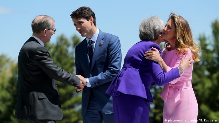 استقبال جاستین ترودو و همسرش از ترزا می و همسر او فیلیپ. نخست وزیر بریتانیا به اتحادیه اروپا و آمریکا هشدار داد که وارد جنگ تجاری بر سر تعرفهها نشوند. وی در عوض خواستار توجه به تولید مازاد فولاد چین شده است. خانم می همچنین اعلام کرد که قصد دیدار دوجانبه با ترامپ را ندارد.