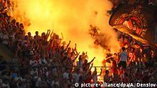 Archiv Russland Fußballfans mit bengalischen Feuern