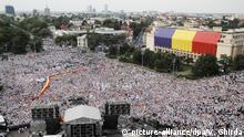 09.06.2018, Rumänien, Bukarest: Anhänger der Regierungspartei PSD (Sozialisten) kommen zu einer Demonstration vor dem Regierungsgebäude, um gegen angebliche Akte des «Missbrauchs» in der Justiz zu demonstrieren