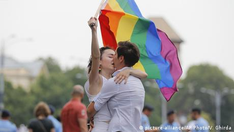 Rumänien Gay Pride Parade in Bukarest (picture-alliance/AP Photo/V. Ghirda)