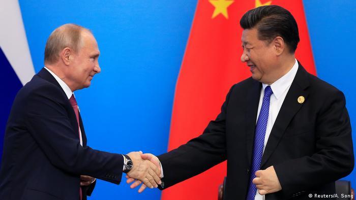 China Gipfel Shanghaier Organisation für Zusammenarbeit in Qingdao | Wladimir Putin & Xi Jinping (Reuters/A. Song)