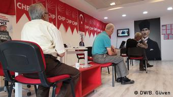 Νέα δημοσκόπηση προβλέπει βραδιά εκλογικού θρίλερ δίνοντας λιγότερο από 50% πιθανότητα στον Ερντογάν να κόψει το νήμα στον πρώτο γύρο.