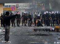 صفآرایی نیروهای پلیس در برابر معترضان در ایران