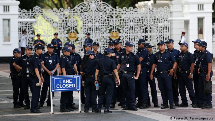 Polizei vor den Toren der Istana in Singapur