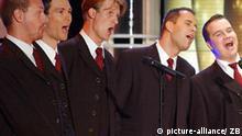 Leipzig (Sachsen): Das Leipziger Vokal-Ensemble Amarcord singt am 18.07.2003 in den Studios der Leipziger Media City bei der Generalprobe für die neue MDR-Unterhaltungsshow Sonntag. In der Show der Überraschungen (Untertitel), moderiert von Axel Bulthaupt, werden Menschen zusammengebracht, die sich noch nie gesehen haben, deren Leben vorher aber bereits aufs engste miteinander verbunden war. Die Ausstrahlung der Sendung findet am 20.07.2003 um 20.15 Uhr im mdr Fernsehen statt. (LEI405-190703)