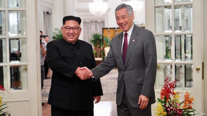 Singapur: Nordkoreas Führer Kim Jong Un schüttelt die Hand des Premierministers Lee Hsien Loong