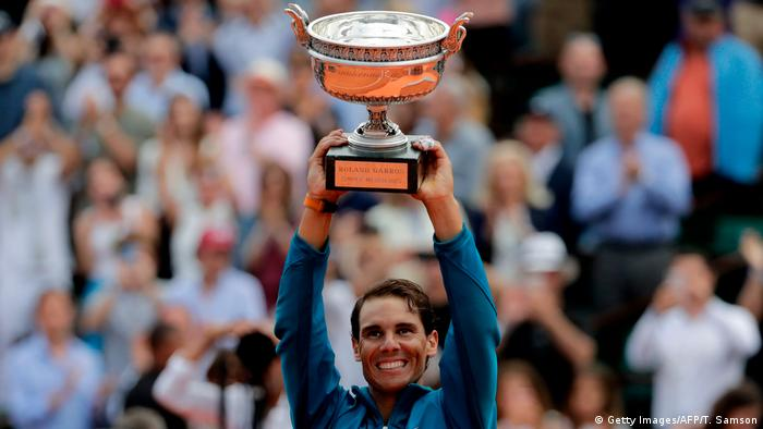 Tennis French Open Finalsieger Rafael Nadal mit Pokal (Getty Images/AFP/T. Samson)