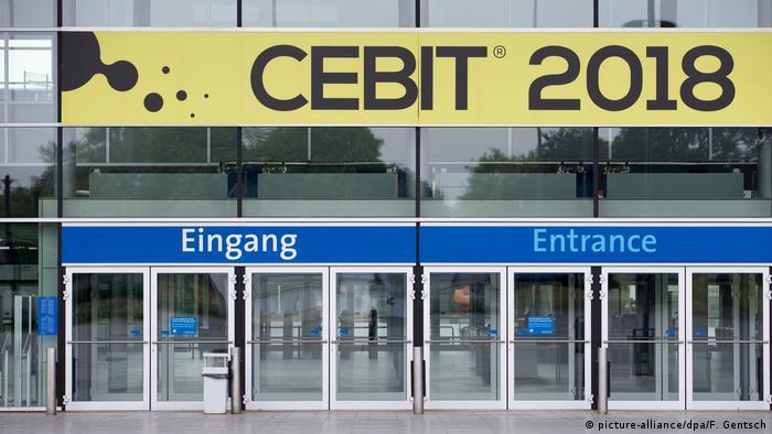 Deutschland, Hannover: Eingang der CeBIT