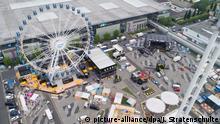 10.06.2018++++++++, Niedersachsen, Hannover: Ein Riesenrad, eine Festival-Bühne und Messestände stehen bei den Aufbauarbeiten für die Digitalisierungsmesse Cebit auf dem Messegelände (Luftaufnahme mit Drohne). Die Cebit versucht vom 11. bis 15. Juni nach drei Jahrzehnten einen Neuanfang mit einem «Festival»-Format. Foto: Julian Stratenschulte/dpa +++ dpa-Bildfunk +++ | Verwendung weltweit