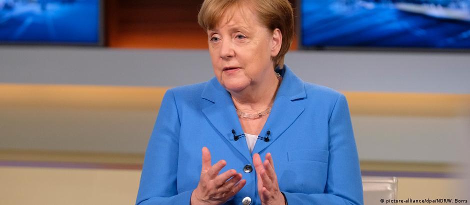 """""""Os superávits comerciais são calculados hoje de maneira relativamente antiquada"""", afirmou Merkel"""