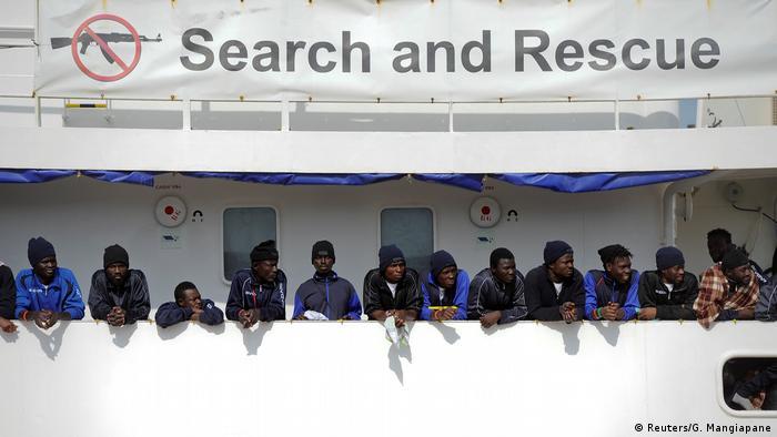 Italien Sizilien Flüchtlinge auf dem Schiff Aquarius im Hafen von Catania (Foto: Reuters/G. Mangiapane)