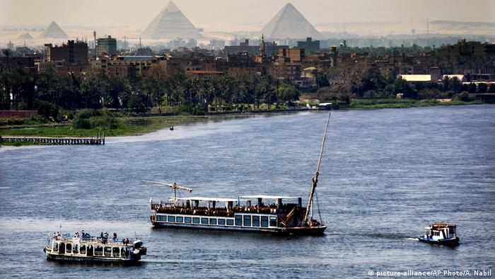 The Nile River with the backdrop of the pyramids of Giza (picture-alliance/AP Photo/A. Nabil)