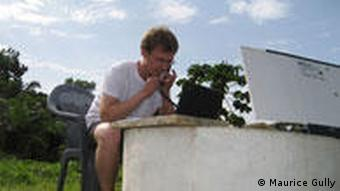 Bildergalerie Auswärtsspiel Ghana. Maurice Gully in seinem provisorischen Arbeitszimmer