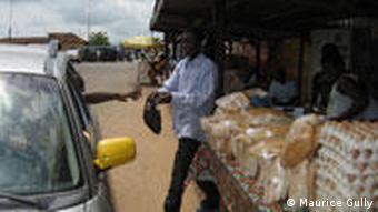 Bildergalerie Auswärtsspiel Ghana. Ein Marktstand am Straßenrand: Die ghanaische Antwort auf einen Drive-In