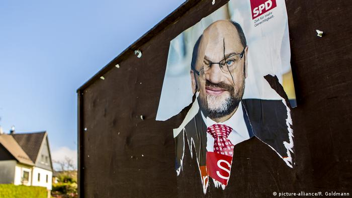 Torn Martin Schulz campaign poster (picture-alliance/R. Goldmann)