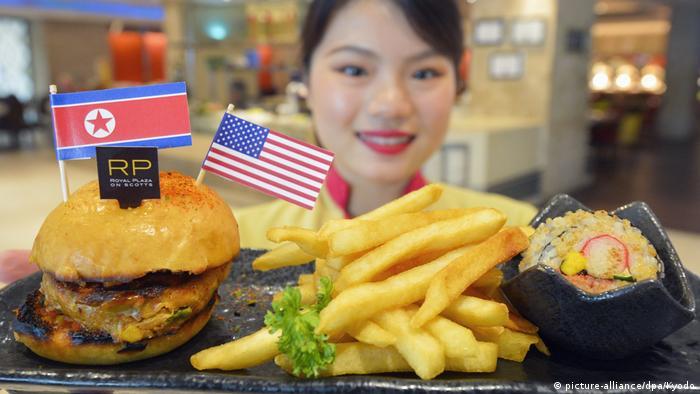 Hamburger sa zastavicama Sjeverne Koreje i SAD