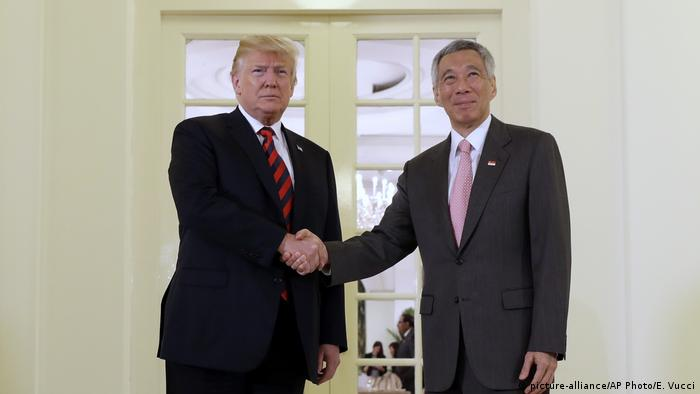 Donald Trump und Lee Hsien Loong in Singapur (picture-alliance/AP Photo/E. Vucci)