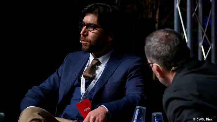 Omar Mohammed, founder of Mosul Eye, giving a keynote address (DW/S. Binelli)