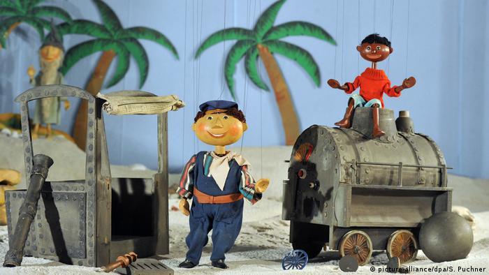 Die Marionetten Jim Knopf und Lukas der Lokomotivführer mit ihrer Lokomotive (Bild: picture-alliance/dpa/S. Puchner)