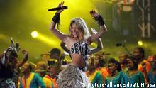 ARCHIV- Shakira (M) tritt am 10.06.2010 beim FIFA World Cup Kickoff Konzert Sowetos Orlando-Stadion in Johannesburg auf. Shakiras Song «Waka Waka» klingt fast wie «Ballaballa». Das Lied ist zum offiziellen Soundtrack der Fußball-WM 2010 bestimmt worden. Doch nicht immer bleibt das im Ohr hängen, was die FIFA gerne hätte. EPA/JON HRUSA (zu dpa-Korr «Waka Waka» wochenlang - wie WM-Songs wirklich wirken vom 14.06.2010) +++(c) dpa - Bildfunk+++  