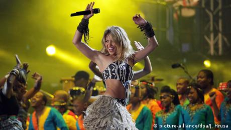 Shakira performing in South Africa (picture-alliance/dpa/J. Hrusa)