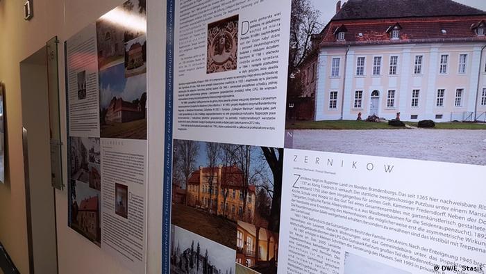 Trudno przeoczyć tę wystawę - tablice z opisem poszczególnych zabytków wiszą m.in. w poczekalni ratusza w Schwedt