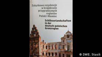Dwujęzyczna broszura opisuje aktualny stan 96 rezydencji