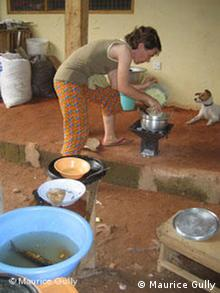 Bildergalerie Auswärtsspiel Ghana. Judith Scholz beim Kochen