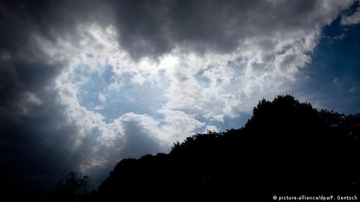 Една стара поговорка в Германия гласи: По време на буря скрий се под бук, но бягай от дъб. Съвременните познания обаче опровергават това поверие - то се оказва пълна заблуда. Защото по време на гръмотевична буря в никакъв случай не бива да се криете под дърво.