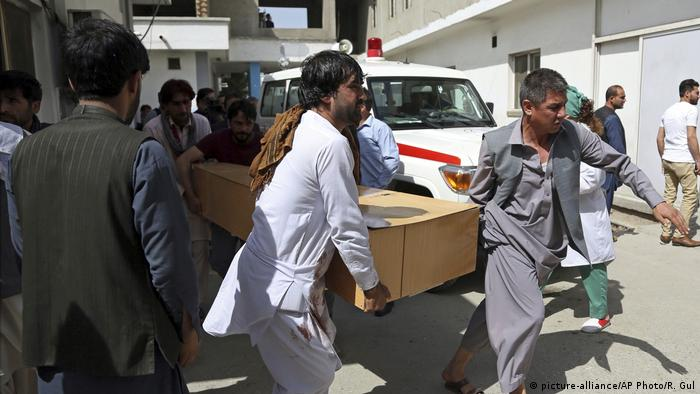 Afghanistan Opfer vom Selbstmordattentäter in Kabul (picture-alliance/AP Photo/R. Gul)