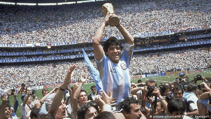 Diego Maradona Fußball WM 1986 (picture-alliance/AP Photo/C. Fumagalli)