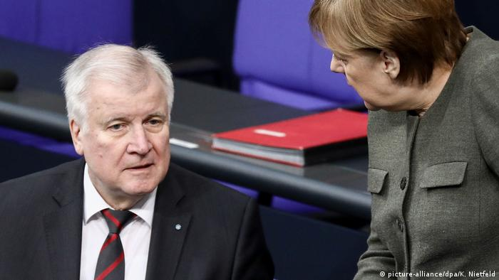 Seehofer'in zirveye katılmama kararı Merkel ile görüş ayrılıklarına ilişkin yeni soru işaretlerine neden oldu.