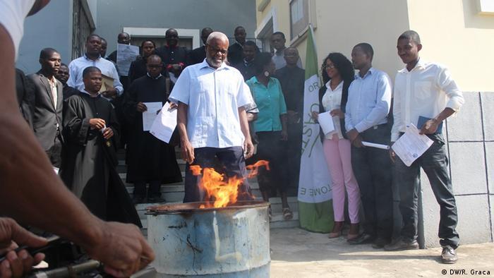 Anwälte verbrennen ihre Universitätsabschlüsse