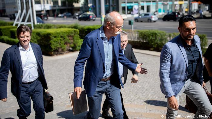 Chefe da Daimler, Dieter Zetsche (c.) chega no Ministério dos Transportes em Berlim