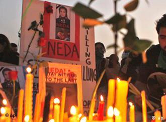 Kerzen vor Foto der getöteten Demonstrantin Neda (Foto: AP)