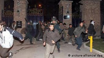 سفارت انگلستان در سالهای اخیر بارها مورد هجوم قرار گرفته است. دستگیری کارمندان ایرانی سفارت، این بار بحران مناسبات تهران و لندن را به اوج رساند