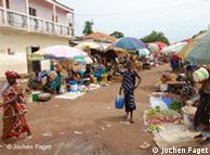 Mulheres num mercado de Gabu. Elas são a principal força de trabalho na Guiné-Bissau e por isso pode ser este grupo o maior interessado no microcrédito