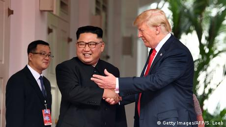 US President Donald Trump shakes hands with North Korean leader Kim Jong Un in Singapore (Getty Images/AFP/S. Loeb)