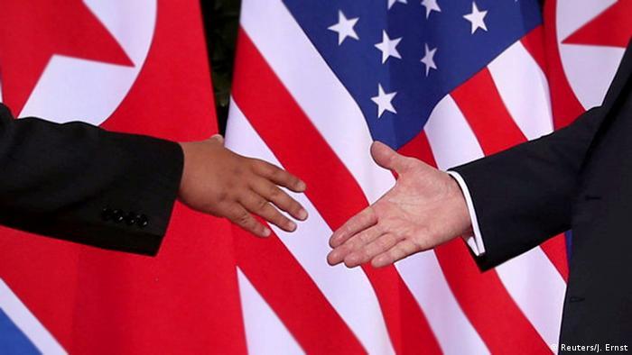 左手為金正恩,右手是川普,雙方即將進行歷史性的一握。