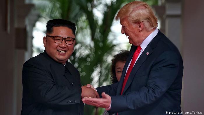Singapore Sentosa USA-Nordkorea Gipfel 4. Händedruck (picture-alliance / Yonhap)