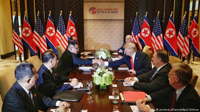 دیدار کیم جونگ اون و دونالد ترامپ روز سهشنبه (۱۲ ژوئن/۲۲ خرداد) در ساعت ۹ صبح به وقت محلی در سنگاپور انجام گرفت. مایک پومپئو وزیر خارجه آمریکا، جان بولتون مشاور امنیت ملی و جان کلی رییس کارکنان کاخ سفید در کنار ترامپ حضور داشتند. در سمت دیگر میز گروهی از مشاوران از جمله کیم یونگ چول رییس پیشین سرویسهای اطلاعاتی کره شمالی رهبر این کشور را همراهی میکردند.