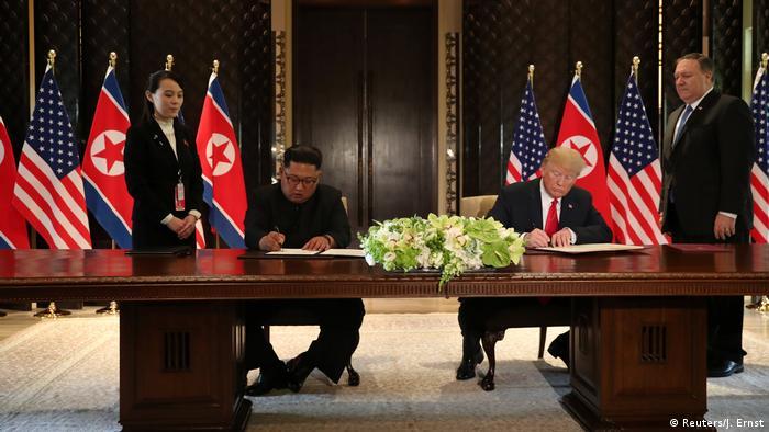 ترامپ و کیم پس از مراسم رسمی نهار در هتل پنج ستاره کاپلا یک سند جامع به امضا رساندند. ترامپ ضمن ارزیابی مثبت از دیدارش با کیم جونگ اون گفت که پروژه خلع سلاح اتمی کره شمالی بسیار بسیار سریع آغاز خواهد شد.