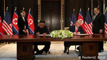 Η ιστορική στιγμή της υπογραφής της συμφωνίας