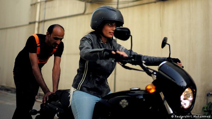 حنان اسکندر در حال آموزش رانندگی با موتور سیکلت است. اجازه رانندگی به زنان در عربستان سعودی فقط شامل اتومبیل نیست و دیگر وسايل نقلیه را نیز دربرمیگیرد.