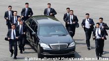 Archivbild - Kim Jong Un im Auto begleitet von Leibwächtern nach Treffen mit Moon Jae-In