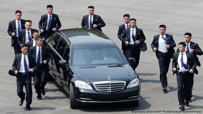 Охранники вокруг лимузина Ким Чен Ына